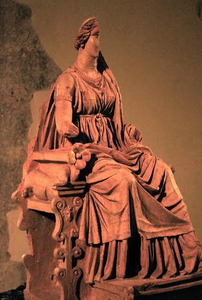Statua in terracotta della Dea Angizia (Museo Paludi di Celano)
